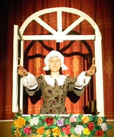 Женщина. Сцена из спектакля «Дюймовочка»