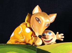 Лиса и колобок. Сцена из кукольного спектакля